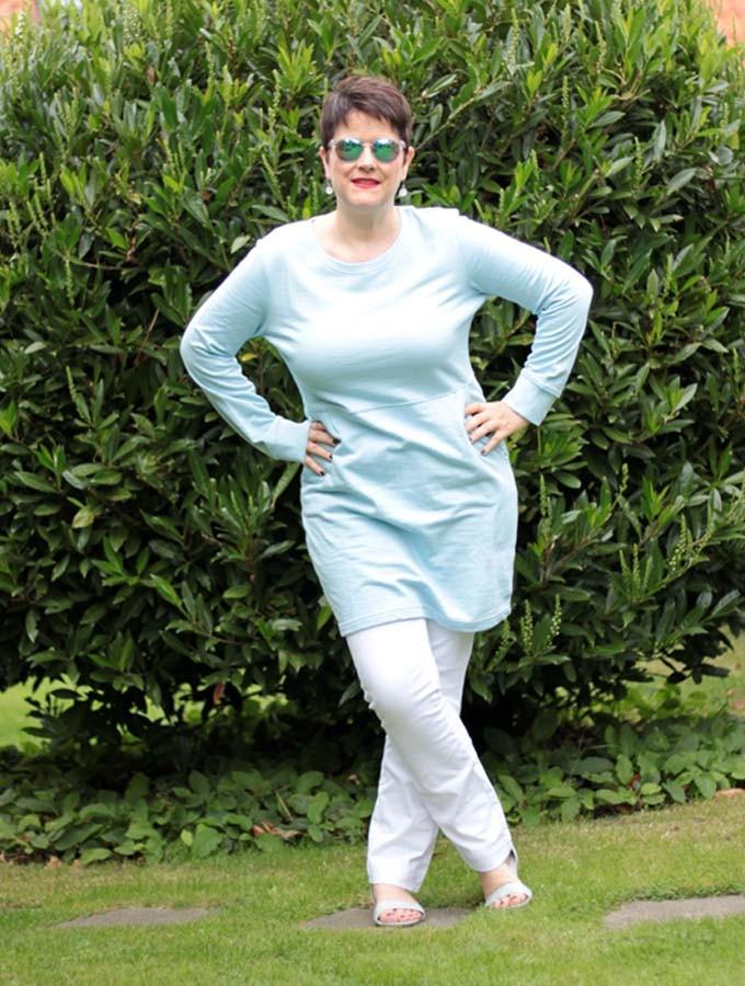 Hoodie-Kleid in Eisblau mit weißer Hose