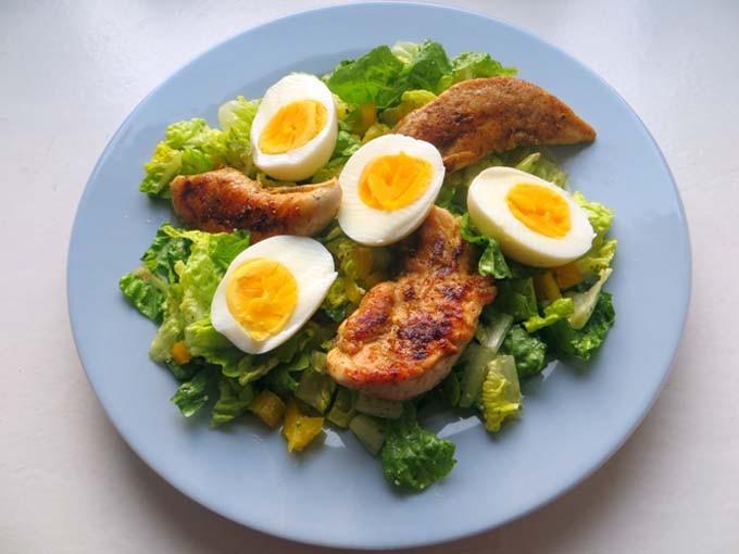 Caesars Salad mit Hähnchenfilet und Ei