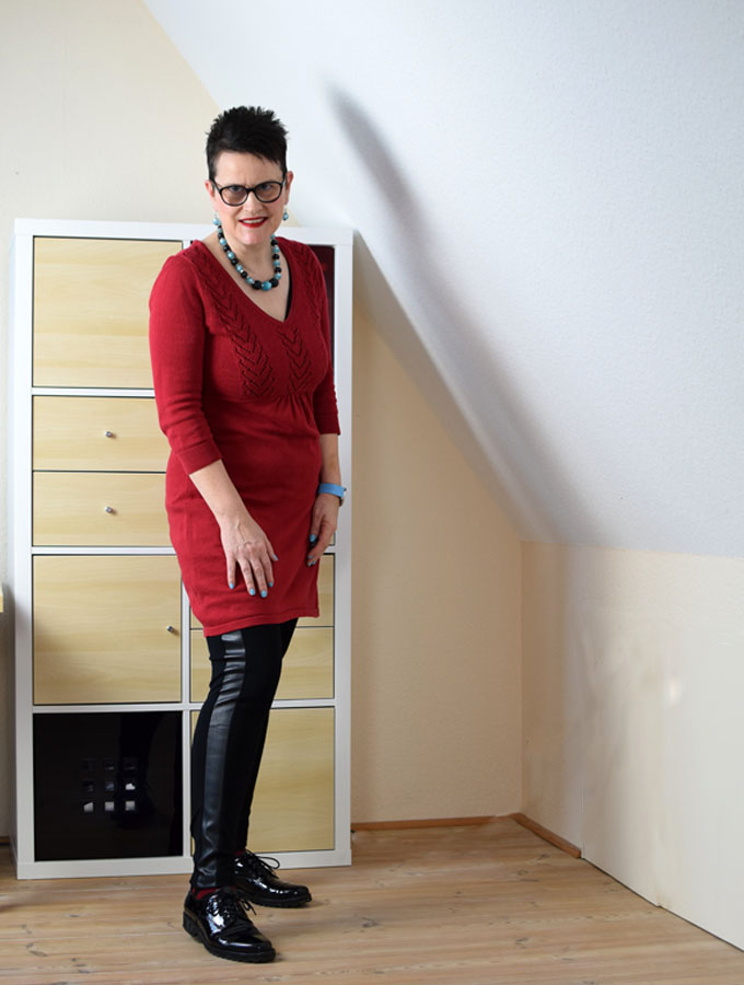 rotes strickkleid mit hellblauen accessoires sabine gimm. Black Bedroom Furniture Sets. Home Design Ideas