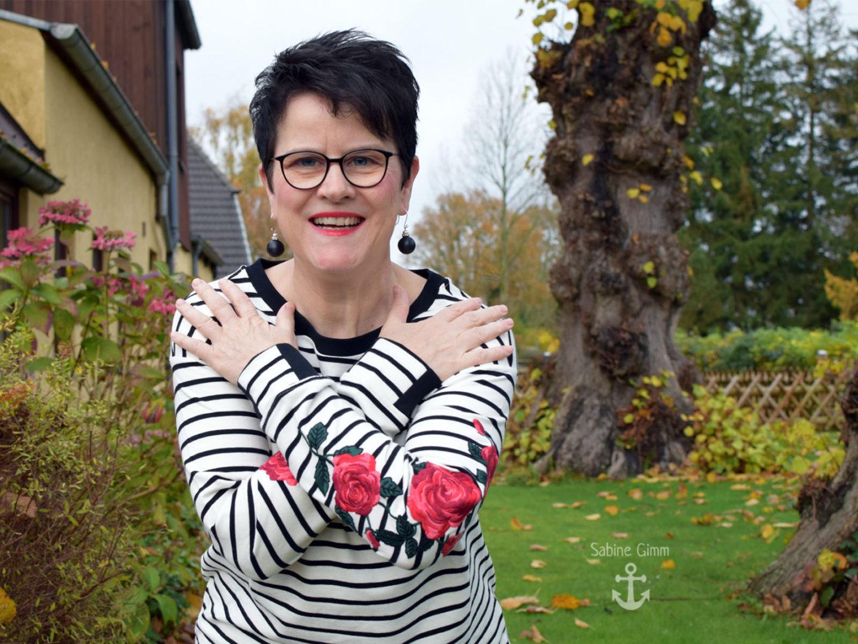 Sweatshirt mit Streifen und romantischen Rosen