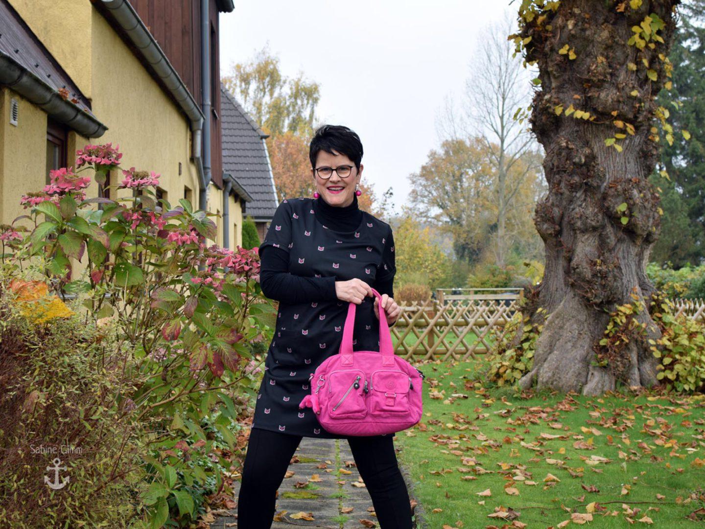 Minikleid in Schwarz und Pink – mit Miezen