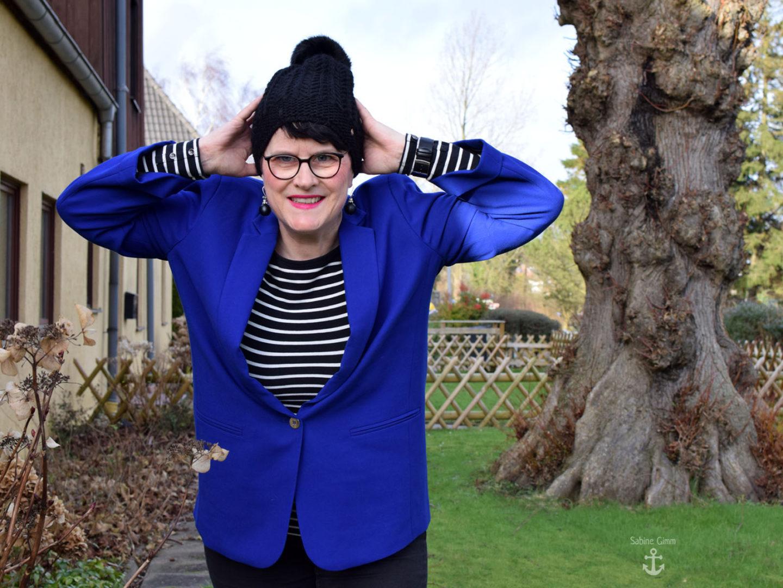 Streifenshirt an Blazer in Royalblau – und ein Plädoyer gegen den Diätwahn!