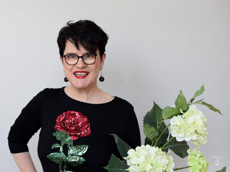 Romantisches Outfit mit roten Rosen