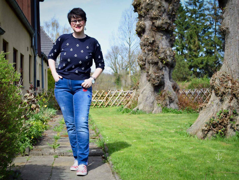 Jeans mit Galonstreifen im maritimen Stil