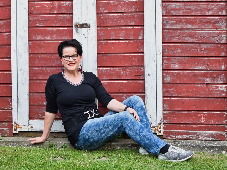 Schlichtes Shirt mit romantischer Jeans und der Spießrutenlauf des Bloggers