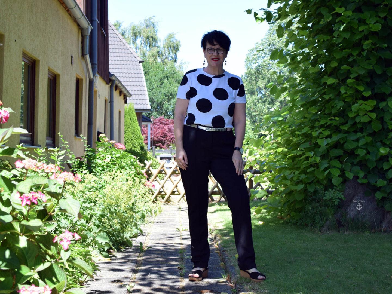 Lässiges T-Shirt mit schwarzer Stoffhose – Black & White