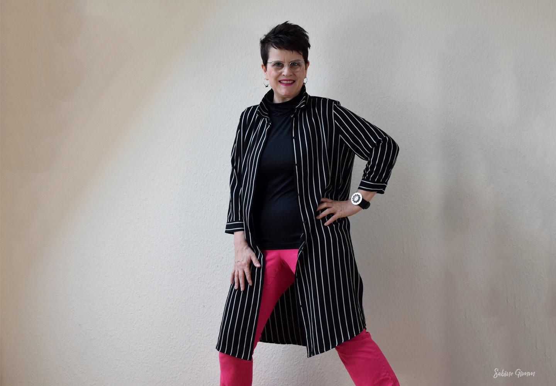 Gestreiftes Blusenkleid als Mantel für den Sommer