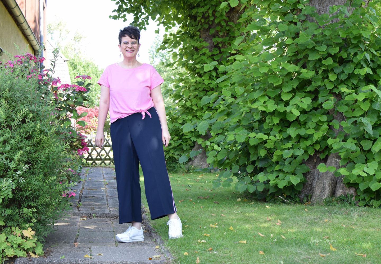 Luftiges Sommeroutfit mit weißen Sneakern – Sabine bei Tik Tok